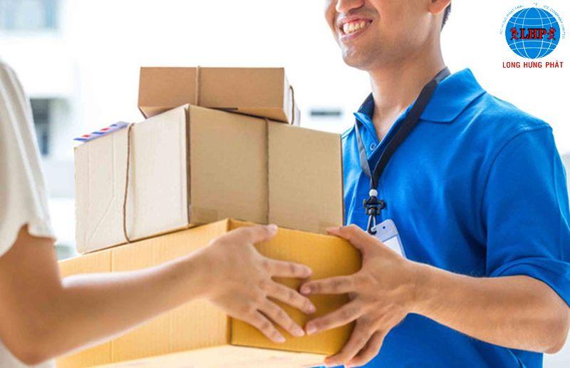 Nhân viên tiếp nhận hàng sẽ phân loại hàng hóa vận chuyển theo từng khu vực cụ thể