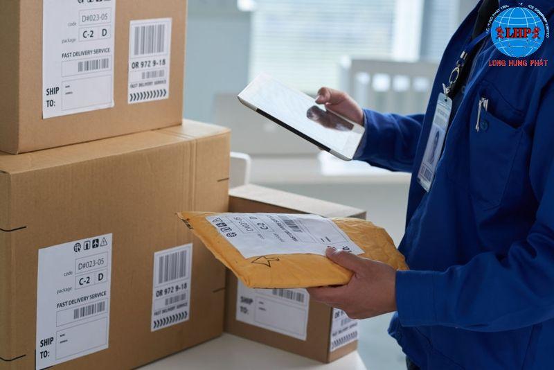 Đóng gói hàng hóa để chuẩn bị gửi sang Mỹ